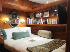 Top Five Reasons Yacht Charters in Bahamas Are Better Sailboat Living, Living On A Boat, Small Living, Living Spaces, Boot Dekor, Sailboat Interior, Houseboat Living, Yacht Builders, Fine Hotels
