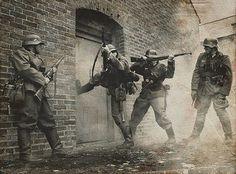 Progression en milieu hostile pour ces soldats de la Wehrmacht.