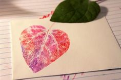 heartshaped leaf print Nature printing with crayola markers. Stencil, Art Sur Toile, Fall Art Projects, Deco Originale, Art Lessons Elementary, Autumn Art, Nature Prints, Leaf Art, Art Classroom