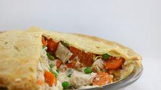 Une pointe a été coupée. Le pâté contient du poulet, des pois et des carottes. Sandwiches, Tacos, Mexican, Chicken, Ethnic Recipes, Canada, Food, Quiches, Chefs