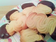 Viennese finger biscuits finished close up Quick Easy Biscuits Recipe, Sugar Biscuits Recipe, Custard Biscuits, Custard Cookies, Scottish Shortbread Cookies, Shortbread Biscuits, Cranberry Cookies, Ginger Cookies, Coffee Cookies