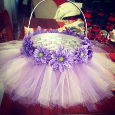 DIY Easter basket with tulle and flowers.this would make a great Flower Girl basket Tulle Projects, Tulle Crafts, Craft Projects, Diy Ostern, Easter Crafts For Kids, Easter Decor, Easter Centerpiece, Bunny Crafts, Easter Party