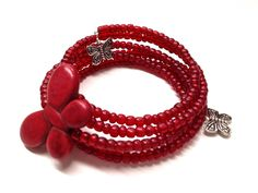Bracelet 5 rangs #007  Bracelet multi-rangs monté sur fil mémoire en acier inoxydable. Grandeur ''one size'' -Verre rouge de 4 mm *Papillon rouge en céramique de 34 mm x 24 mm -Papillon de métal anti-ternissement de 15 mm Fait a la main
