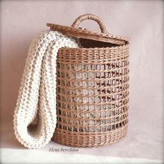 Newspaper Basket, Newspaper Crafts, Willow Weaving, Basket Weaving, Baskets On Wall, Storage Baskets, Paper Weaving, Hand Weaving, Cardboard Paper