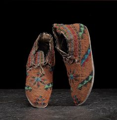 Cheyenne Fully Beaded Hide Moccasins, beaded in brilliant colors of pumpkin orange, pea green, pony trader blue, faceted iridescent black and copper, translucent red, blue and green creating a lovely sparkling effect; flowered design on vamp with triangular designs throughout, length 10 in. late 19th century. ДА1.  Cowan's  Auctions 08 апреля 2017.