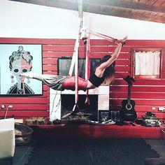 Este es el columpio. Un equipamento español para trabajar posturas suspensas de yoga. Excelente para relajar las lumbares y la mente! Bueno para estar en la valija de viaje! #terapiasnaturales #amazonsecretsspa #greenlove #sheilafarah #puntadeleste #buenosaires www.amazonsecretsspa.com