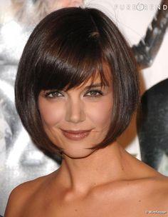 Katie Holmes qui est passée par toutes les franges, de la minimaliste à la frange droite a finalement décidé de la coiffer sur le côté pour lui donner une allure moins stricte.