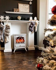 If you struggle every year with finding somewhere to hang the stockings, then this might just be the diy you need this winter! It will easily carry over into ev… Diy Fireplace Mantel, Shiplap Fireplace, Farmhouse Style Table, Farmhouse Lighting, Builder Grade Kitchen, Old Dressers, Decorative Trim, Fireplace Surrounds, Living Spaces