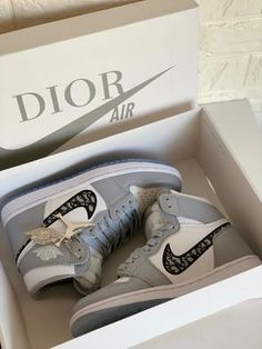 Featuring a pair of grey high top jordan 1 sneakers with dior fabric printed inside of the nike tick. Both soles are decorated with theDiorlogo.Comes with a pair ofdior socks, dior dust bag & box. Unisex Please note: Allshoes runsmall thereforeplease order yourusualsizeand you will be sent a size up. Dr Shoes, Cute Nike Shoes, Nike Air Shoes, Hype Shoes, Jordan Shoes Girls, Girls Shoes, Moda Sneakers, Shoes Sneakers, Gucci Sneakers