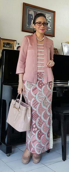 Kebaya kutu baru modern Kebaya Lace, Kebaya Dress, Batik Kebaya, Batik Dress, Modesty Fashion, Muslim Fashion, Hijab Fashion, Fashion Outfits, Kebaya Kutu Baru Modern