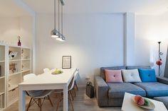 Gracias a Boho Deco Chic visitamos un apartamento en Barcelona con tonos blancos y una decoración low cost que nos encanta. Home Living Room, Living Room Designs, Decoracion Low Cost, Boho Deco, Apartment Makeover, My Ideal Home, Dining Decor, Home Hacks, Decor Interior Design