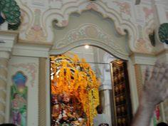#magiaswiat #podróż #zwiedzanie #vrindavan #blog #azja #zabytki #swiatynia #indie #miasto #aszram #ganges #iscon #krishna Krishna, Indie, Blog, Painting, Painting Art, Blogging, Paintings, Painted Canvas, Drawings