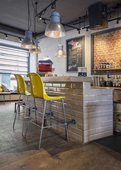 Pow Wow Königplatz - design by Dreimeta. ::: cafe, coffee, design, counter, wood, industrial lamps, bar