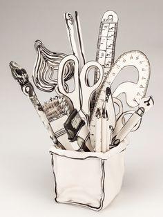 Katharine Morling dibuja en cerámica.
