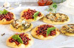Grundrezept Pizzateig - Mini-Pizzen mit Speck oder Pesto und Mandeln