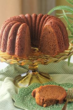 Polish honey cake on a stand and a slice on a plate Polish Honey Cake: this deep golden honey of a cake has a wonderful texture and moist tender crumb; keeps well for days. Sour Cream Frosting, Sour Cream Cake, Salted Honey Pie, Welsh Recipes, Scottish Recipes, Russian Honey Cake, Rich Cake, Honey Chocolate, Summer Cakes