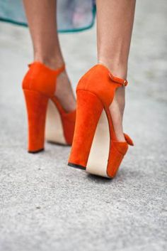 I love the daring colour of these shoes, Powerful, Orange, Chunky Heels Fashion Mode, Fashion Shoes, Girl Fashion, Crazy Shoes, Me Too Shoes, Talons Oranges, Orange Pumps, Orange Sandals, Shoe Boots