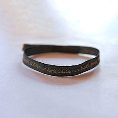 """Portez Rostand à votre poignet grâce à ce bracelet en tissu, brodé d'une citation célèbre : """"J'ai décidé d'être admirable en tout, pour tout"""", Cyrano de Bergerac, Acte I, scène 5"""