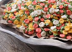 Easy Royal Icing Swirl Roses using wilton royal icing 3 tablespoons Meringue Powder Easy-Add Meringue Powder Add to shopping list Meringue Powder 4 cups confectioners' sugar sifted 6 tablespoons warm water Rose Cookies, Leaf Cookies, Sugar Cookies, Butterfly Cookies, Cake Decorating Tips, Cookie Decorating, Royal Icing Transfers, Royal Icing Flowers, Cookie Tutorials