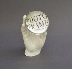 Kinderhand mit Fotorahmen