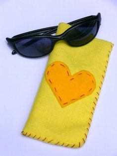 Felt Sunglasses Case - A project for Children Diy Crafts For School, Summer Camp Crafts, Camping Crafts, Crafts For Kids, Sewing Projects For Kids, Sewing For Kids, Felt Pouch, Diy Bags Purses, Sewing For Beginners