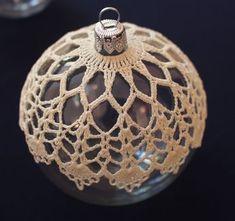bombka szydełkowa - Her Crochet Crochet Christmas Ornaments, Christmas Crochet Patterns, Holiday Crochet, Crochet Snowflakes, Crochet Flower Patterns, Crochet Designs, Christmas Bulbs, Crochet Ball, Thread Crochet