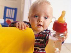 Pediatras y psicólogos aseguran que dejar el biberón antes de los 13 meses reporta muchos beneficios. Pero… ¿cómo conseguir que el niño se despida de un objeto amigo para usar la taza, un utensilio que no conoce ni controla?