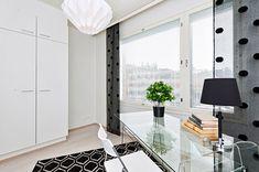 Kirkkonummelaisen rivitalon pikkumakkarista tuli hieno työhuone. Lasinen pöytä ja mustavalkoiset yksityiskohdat tuovat modernin ja särmikkään tunnelman. Paperit ym. mahtuu hyvin piiloon kiinteisiin vaatekaappeihin. Tuli, Divider, Room, Furniture, Home Decor, Bedroom, Decoration Home, Room Decor, Rooms