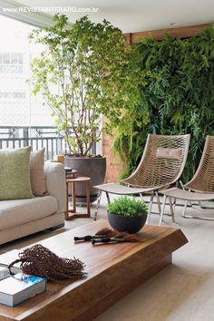 Jardim vertical integrado ao living concebido por Débora Aguiar.