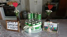 """Chá Bar em estilo rústico: """"bolo"""" de latas de cerveja, com a ideia de pedir para os convidados participarem das montagem do bolo, torna o evento mais divertido."""