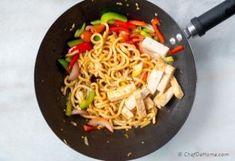 Easy Stir Fry with Udon Noodles - Stir Fry Noodles Recipe | ChefDeHome.com Stir Fry Noodles, Udon Noodles, Lasagna Recipe Videos, Fried Udon, Easy Stir Fry, Stir Fry Sauce, Noodle Recipes, Tofu, Food Videos