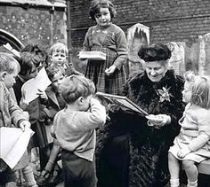 """Filme """"Maria Montessori: educação e vida"""" (2007). O filme conta a história Maria Montessori (1870 – 1952), uma mulher persistente, sonhadora, teimosa e corajosa numa época em que o papel principal da mulher era ser submissa, mãe e dona de casa; retrata suas lutas contra o fascismo italiano pela aceitação de seu método de ensino e a revolução de seu trabalho para o universo da educação.  Montessori foi a primeira mulher a se formar em medicina na Itália, pela Faculdade de Medicina..."""