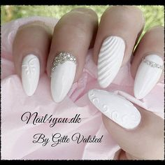 Gele negle lavet med hvis Naillac og Sculpture white uv gele. White gel weddingnails with 3d nail art design.
