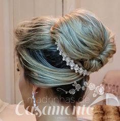 Separei 07 penteados de festa para madrinhas e noivas bem diversificados, do jeito que vocês gostam.   O primeiro é um solto com uma tiara f...