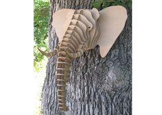 Trophée Éléphant en carton - les têtes d'animaux en carton s'accrochent aux murs comme autant de faux trophées de chasse multicolores.