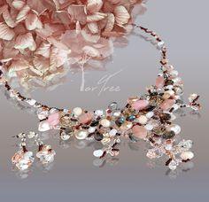 Biżuteria autorska ARTREE.  Absolutnej niepowtarzalna, wykonywana ręcznie, w pojedynczych egzemplarzach, misterna, kunsztowna plątanina kamieni półszlachetnych, neutralnych pereł i szkła jubilerskiego… Wspaniały dodatek do wieczorowej kreacji lub stroju codziennego. Doskonały pomysł na niepowtarzalny, unikatowy prezent, miły sercu każdej Pani. Jewelry Collection, Art Pieces, Artworks, Art Work