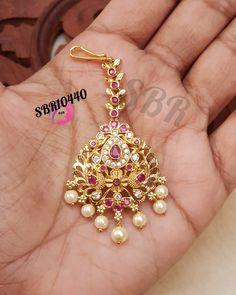 Gold Jhumka Earrings, Jewelry Design Earrings, Gold Earrings Designs, Gold Jewellery Design, Gold Jewelry, Tikka Jewelry, Headpiece Jewelry, Indian Jewelry, Maang Tikka Design