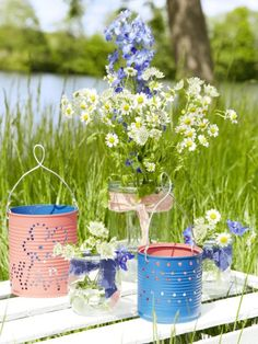 Die hübschen Windlichter aus Konservendosen könnt ihr mit Draht an einem Baum befestigen oder einfach auf den Tisch stellen. Hier gibt es die einfache Anleitung.