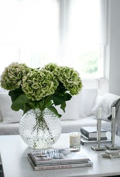 10 Tips For Coffee Table Styling Coffee table decor styling decorating ideas, modern living room, home decor ideas . Find more inspirations at Coffee table decor styling decorating ideas, modern living room, home decor ideas . Find more inspirations at
