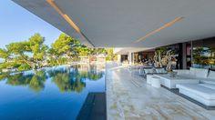 Terraza con piscina infinita.