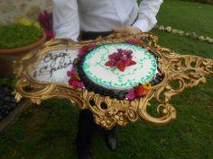 Torta Romantica servita su specchio barocco e dedica all'agriturismo romantico Taverna di Bibbiano. Un Matrimonio a San Valentino