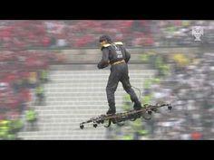 Homem voando em um DRONE entrega bola de jogo na final da Copa da Europa, Veja o vídeo!