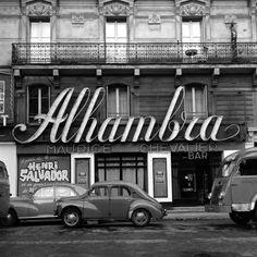 """Paris 1960 """"Alhambra"""" rue de Malte dans le XIe arrondissement."""