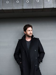Gerard Butler smells good—really good, which is one of his many attributes. Heis tall, dark, and handsome in that irresistibly scruffy kind of way, complete with all the extras—sexy accent, rugged boy-next-door charm, and a sarcastic sense of humor that draws outa raucous laugh from whomever is in his presence. So he is indeedthe perfect…