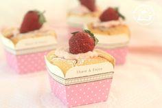 Strawberry Hokkaido Chiffon cupcakes « The Best Cupcake Recipes Gourmet Desserts, Asian Desserts, Delicious Desserts, Plated Desserts, Mini Cakes, Cupcake Cakes, Cup Cakes, Roll Cakes, Hokkaido Cake