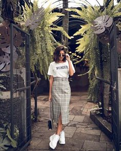 Outfits chic para llevar tenis al trabajo sin verte informal Source by arianaportocarr outfits chic Long Skirt Outfits, Modest Outfits, Modest Fashion, Skirt Fashion, Stylish Outfits, Cute Outfits, Fashion Outfits, Modest Wear, Dressy Outfits