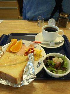 今日のお昼ご飯はトーストセットと黒豆コーヒーホットいただいています。おいしいです。
