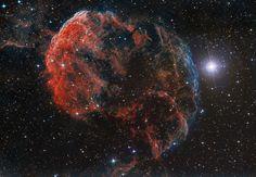 A 5.000 años-luz de distancia del Sistema Solar, se encuentra esta nebulosa, popularmente conocida como la Nebulosa de la Medusa, y con un tamaño de unos 100 años-luz. Es parte de un complejo de restos de una supernova, conocido como IC 443, en cuyo interior se encuentra una estrella de neutrones, el núcleo comprimido que quedó tras la explosión de la estrella. #astronomia #ciencia