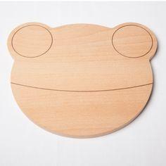 Tabla de madera con forma de ranaDimensión 22 x 20 x 1.2cm*Reserva. Disponible a partir del 14 de Octubre Breakfast Plate, Winter Project, Natural Toys, All Kids, Kidsroom, Diy Toys, Baby Gear, Bamboo Cutting Board, Cool Toys