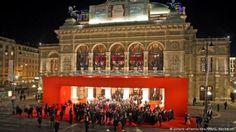 Влезници за секој бал можете да најдете на итернет или во Туристичката канцеларија на Виена (Vienna tourist office) која се наоѓа во самиот центар позади Опера хаус. Таму ќе ги добиете сите потребни информации и каледарот на баловите на кој ќе може да го видите датумот, времето и местото на одржување на саканиот Бал…